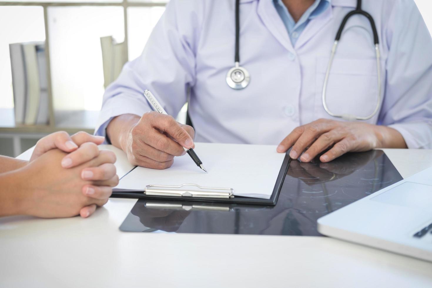 Arzt trifft sich mit Patient foto