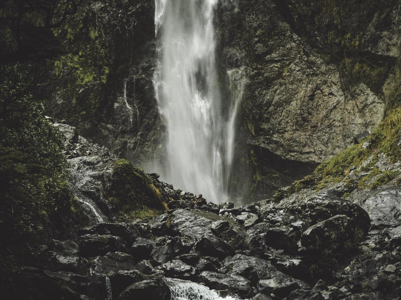 Wasserfall zwischen Felsen foto