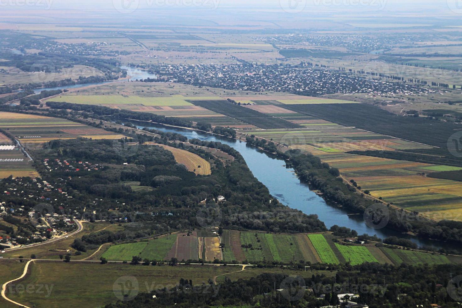Luftaufnahme des ländlichen Gebiets und des Flusses foto