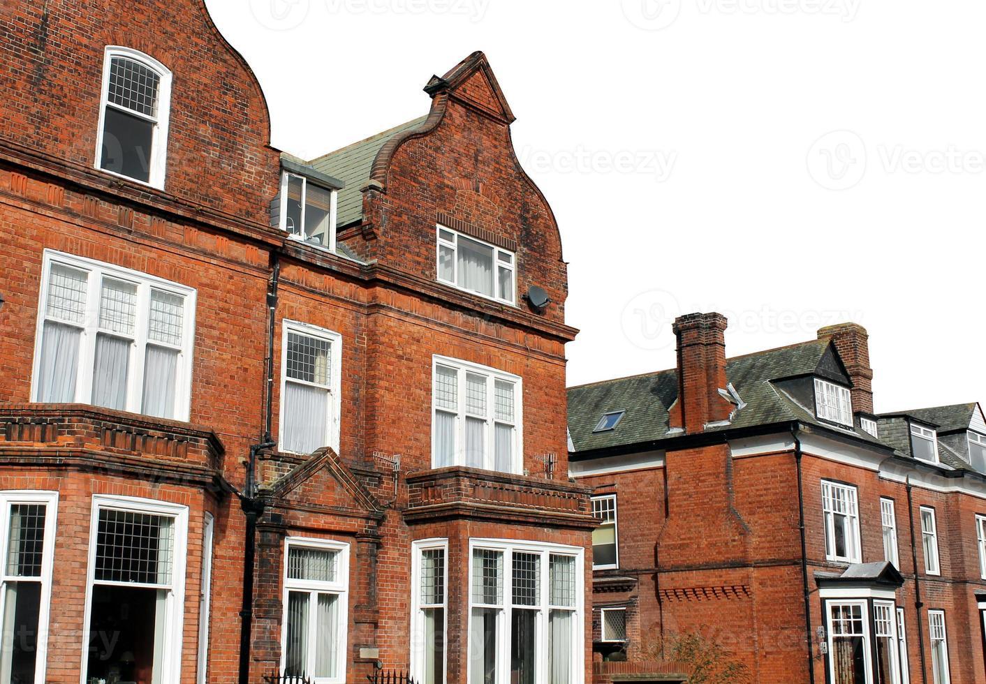 rote Backsteinhäuser in der Straße foto