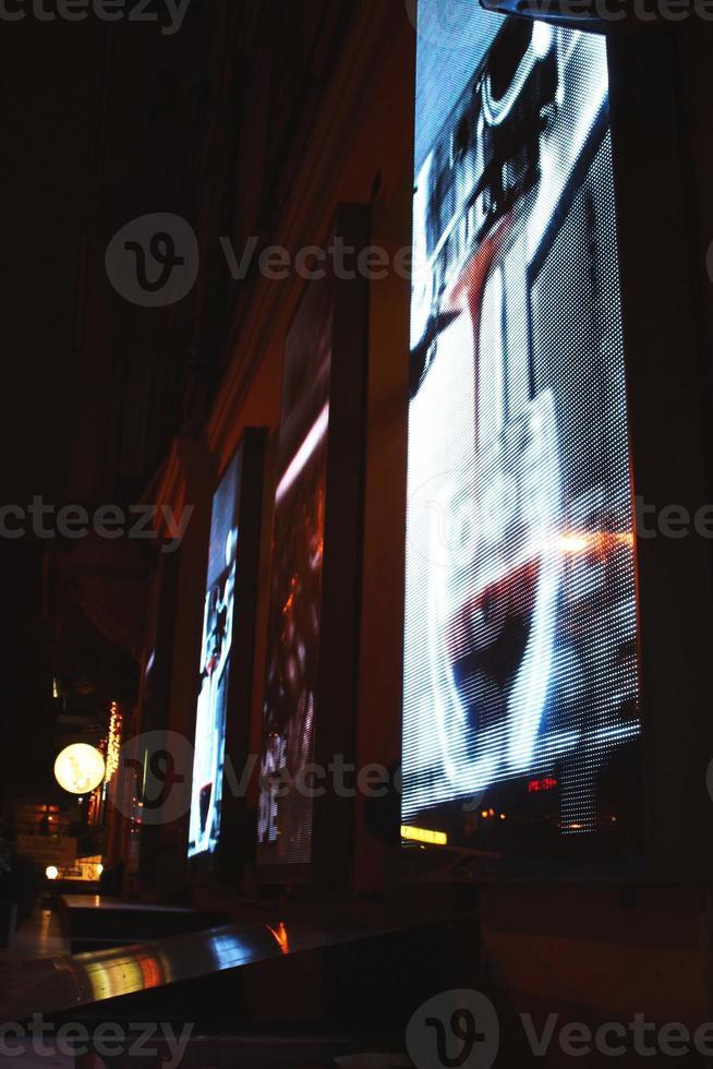 große LED-Bildschirme an der Gebäudefassade foto