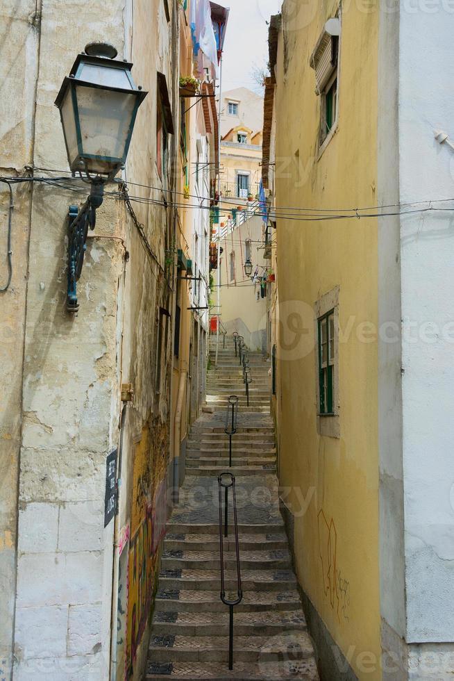 Blick auf die Seitenstraße in Lissabon, Portugal foto