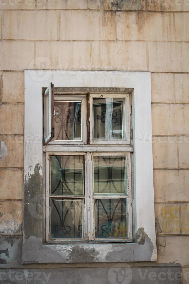 geöffnetes Fenster mit einem Fensterblatt foto