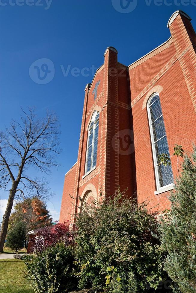 Vorderseite der modernen Kirche mit orangefarbenem Backstein foto