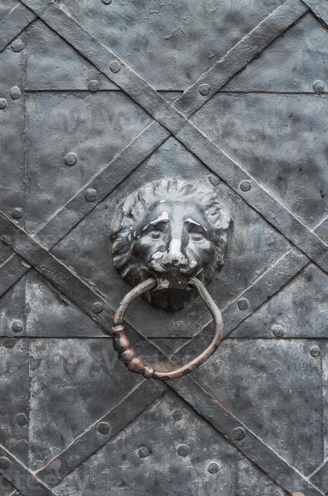 alte Eisentür mit Löwenkopf-Türklopfer foto