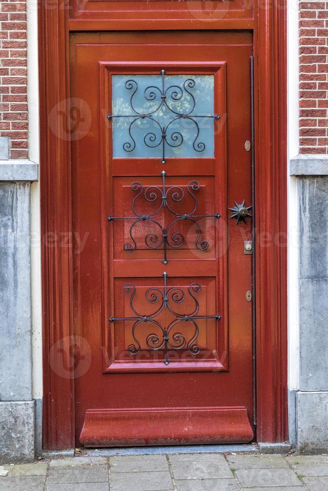 modern aussehende braune Holztür foto