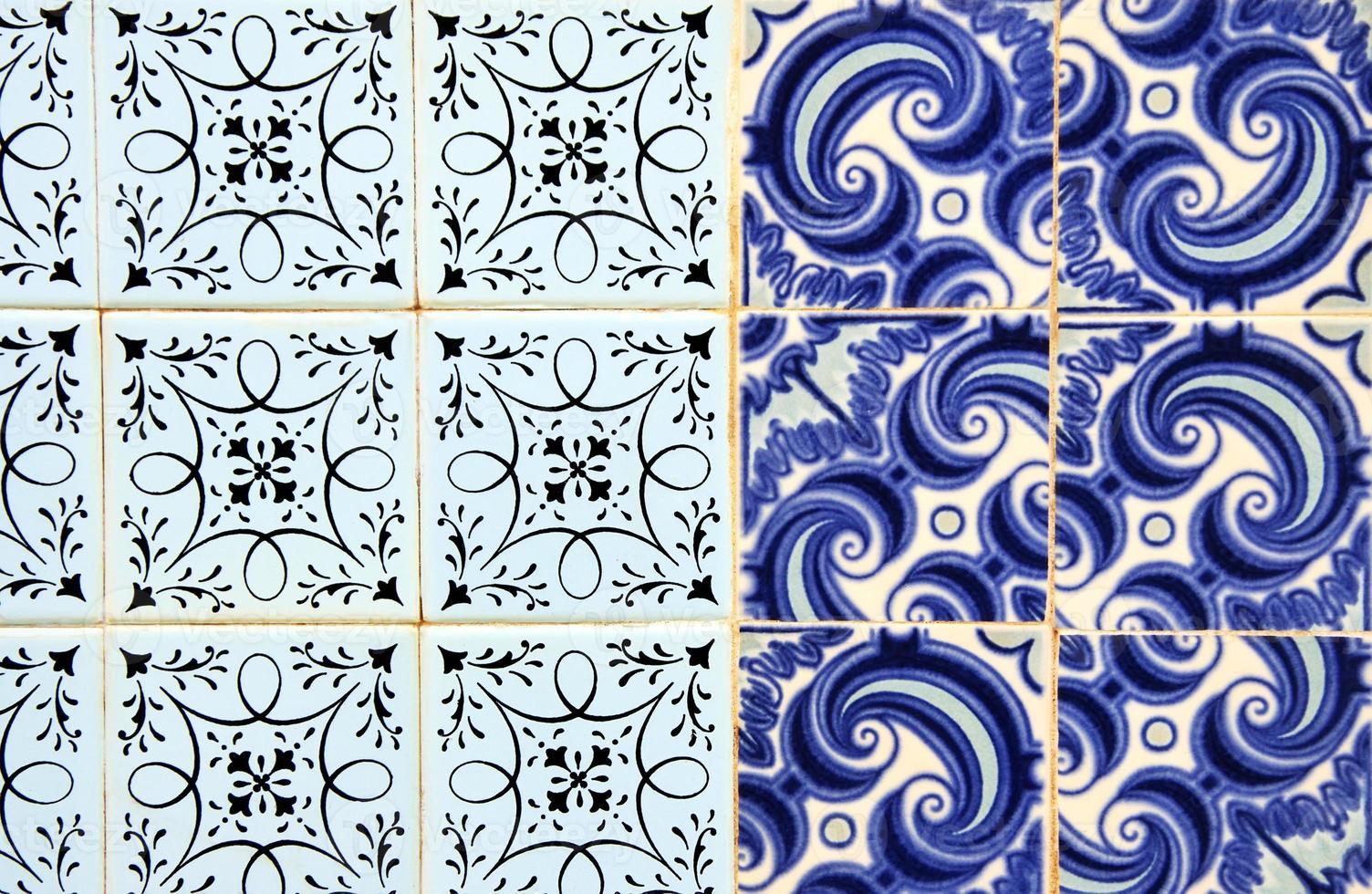 Portugiesische Fliesen (Azulejos) an einer Fassade in Olhao, Algarve foto