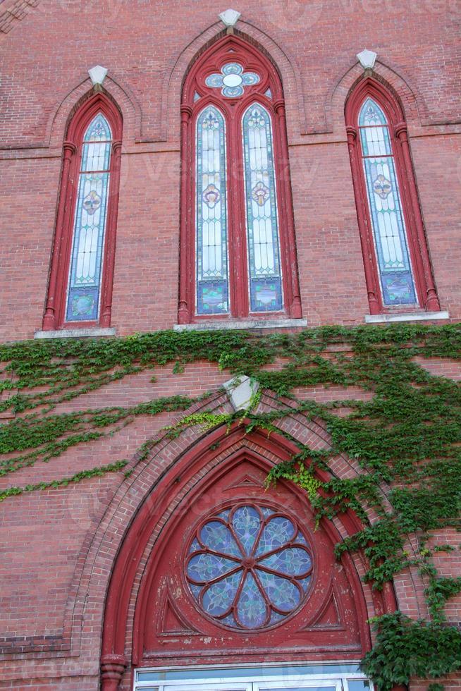 verzierte Fenster in roter Backsteinfassade, Kirche, Keene, New Hampshire. foto