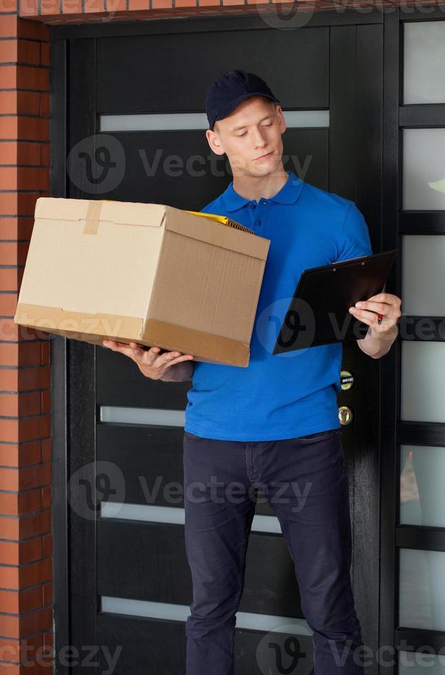 Lieferbote wartet auf Kunden foto