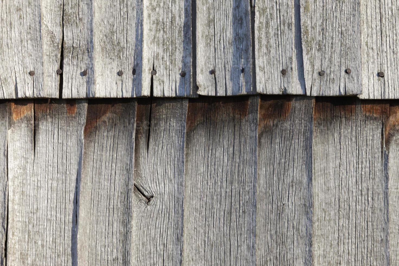 verwitterte Holzscheune - Fassadenschindeln im Sonnenlicht foto