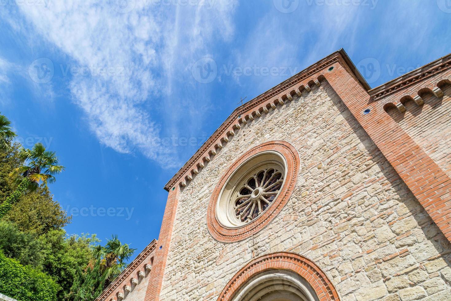 Fassade der katholischen Pfarrkirche XIV in Italien foto