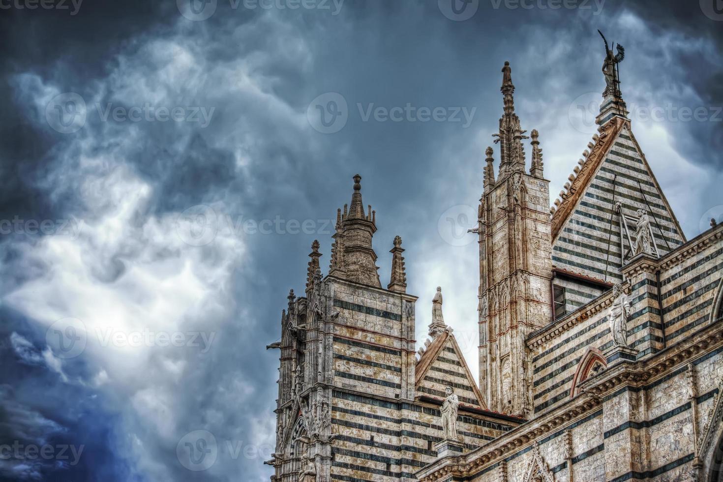 Siena Duomo unter einem dramatischen Himmel von hinten gesehen foto