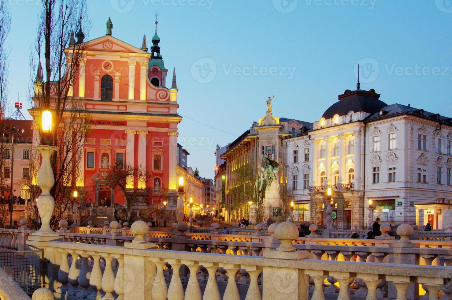 Kirche der Verkündigung in Ljubljana in der Dämmerung foto