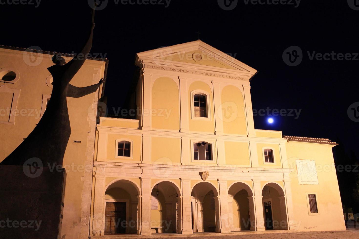 Nachtansicht von st. Johns Kloster in Capistrano, Abruzzen, Italien foto