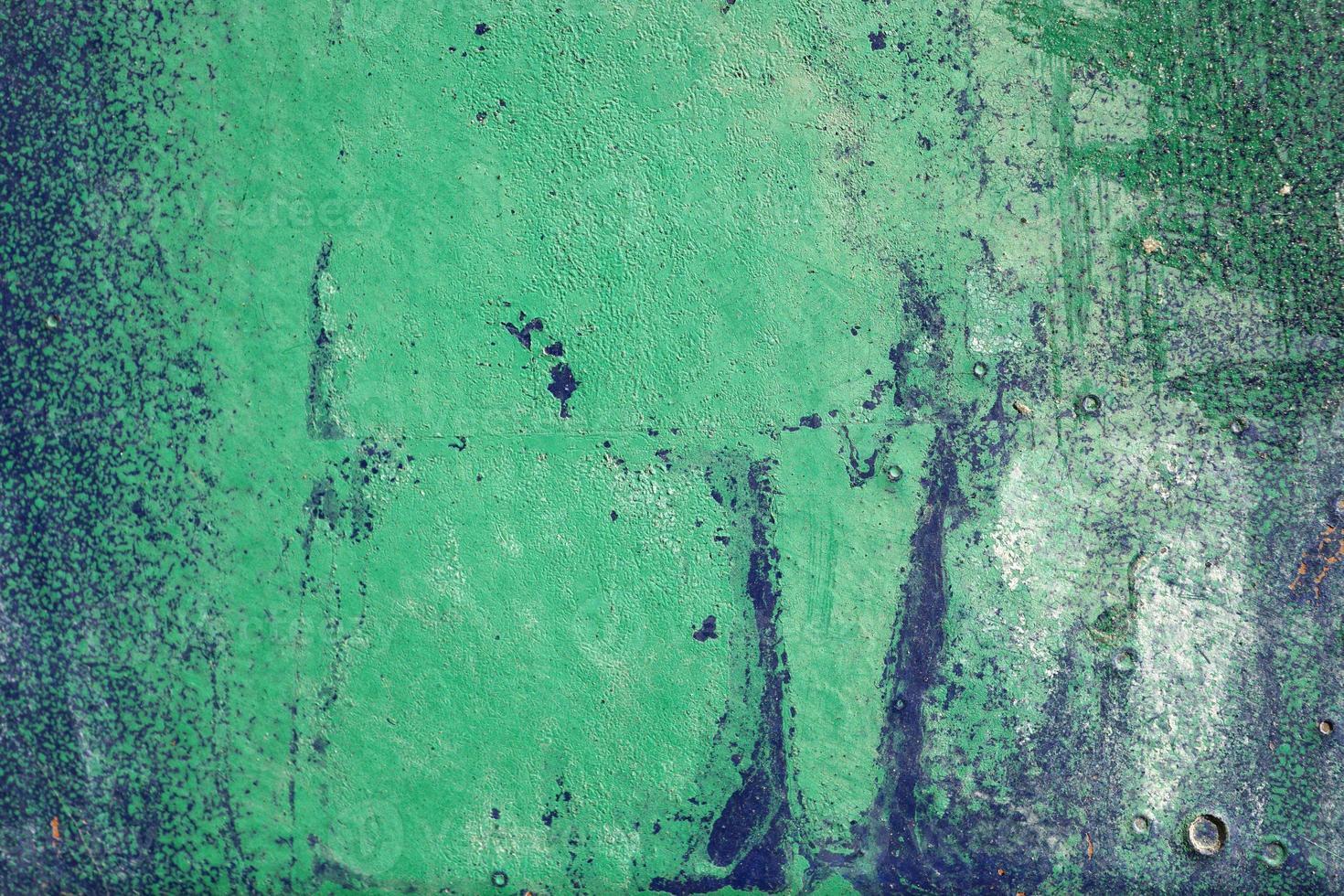 heisere, zerkratzte und geschälte Oberfläche mit grüner und blauer Farbe foto