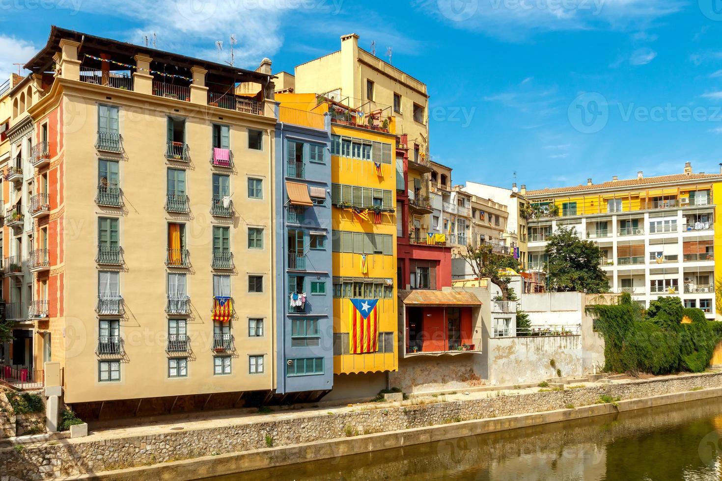 Girona. mehrfarbige Fassaden von Häusern am Fluss Onyar foto