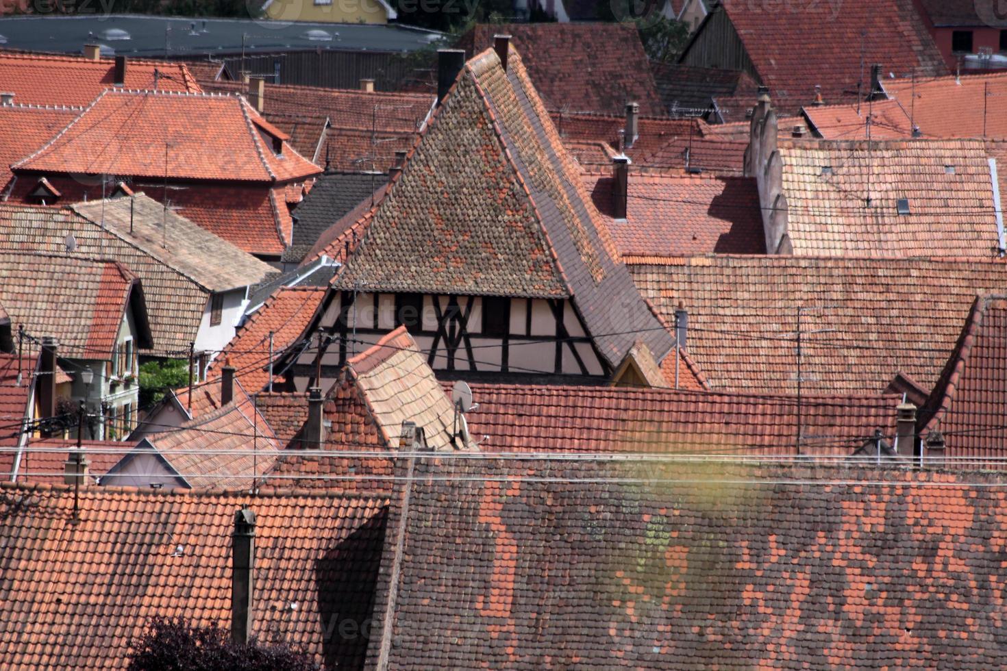 Dorf mit roten Ziegeldächern foto