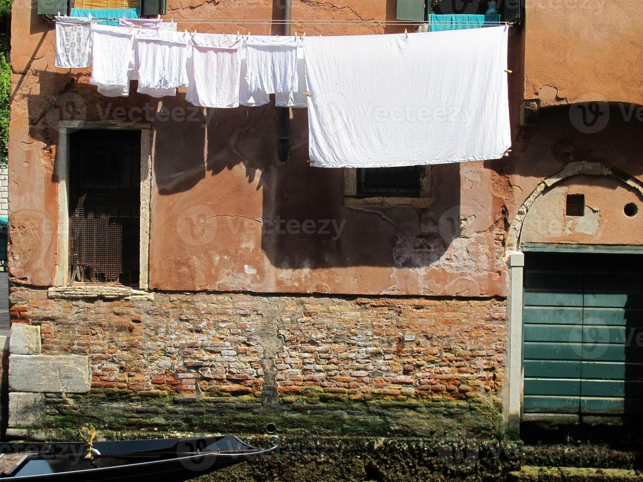 Wäsche zum Trocknen in Venedig aufgehängt foto