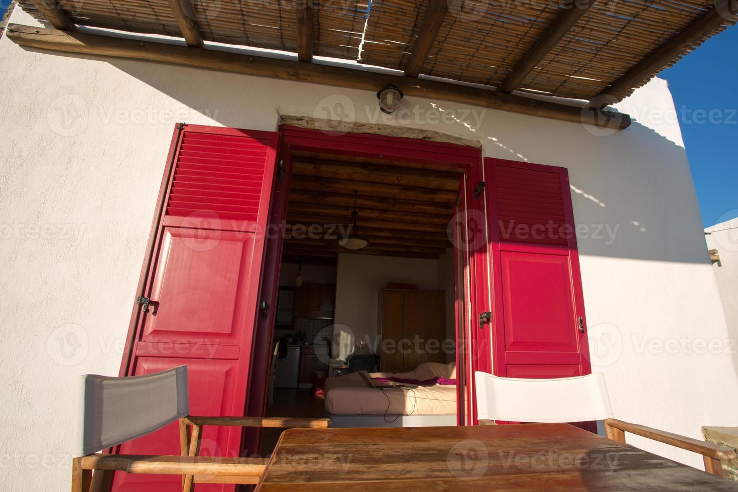Terrasse und Nahaufnahme von einer typischen Fassade bei Folegandros. foto