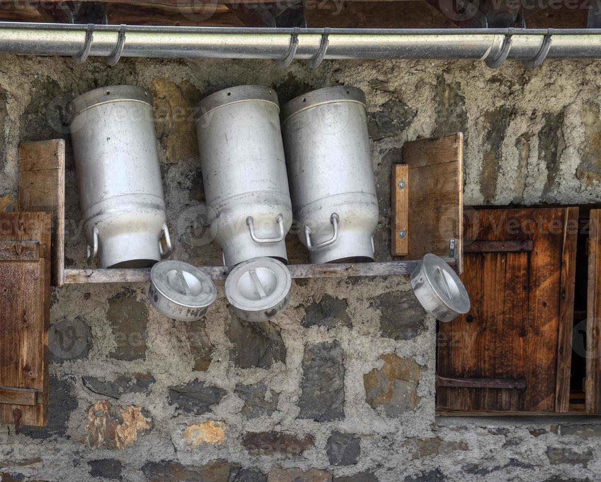 Milchkannen in einer Berghütte foto