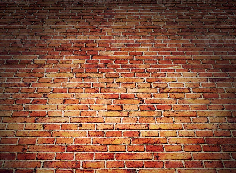Winkelansicht der roten Backsteinmauer foto