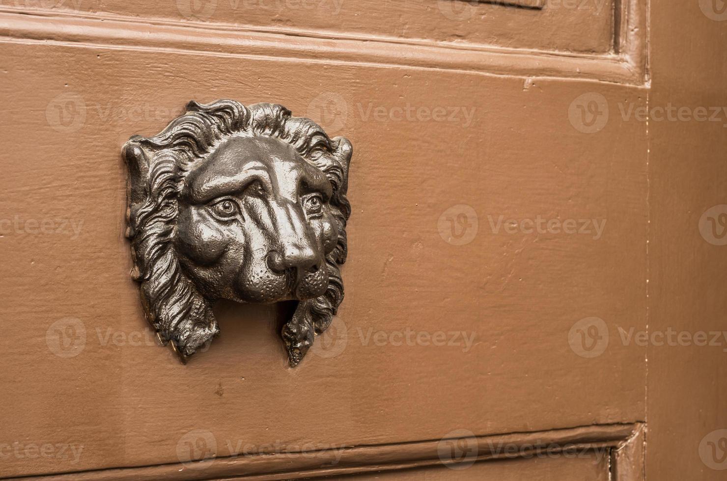 beschädigter Löwenkopf Türklopfer ohne Ring foto