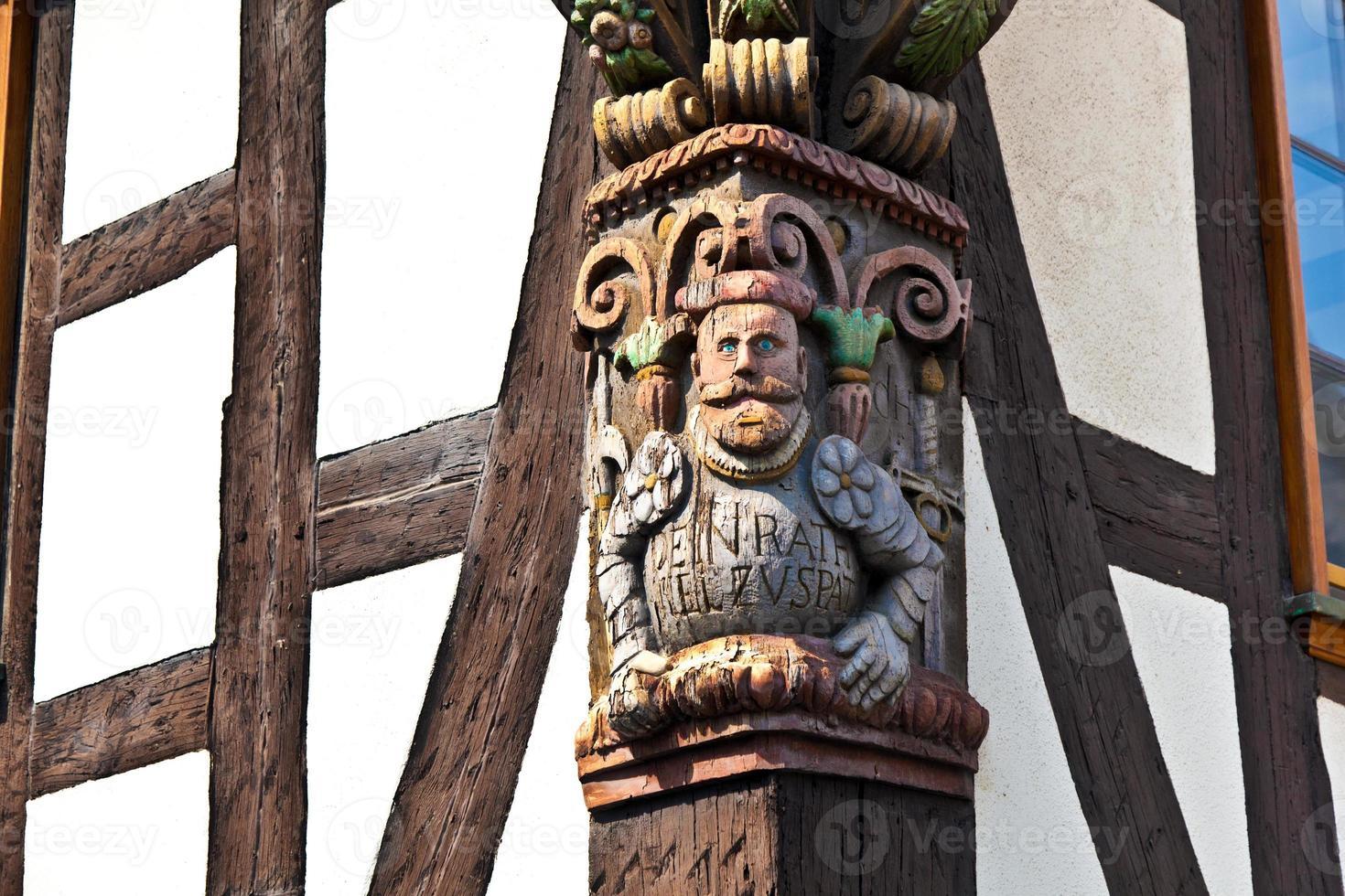 Schnitzereien im Rahmen eines alten mittelalterlichen Hauses foto