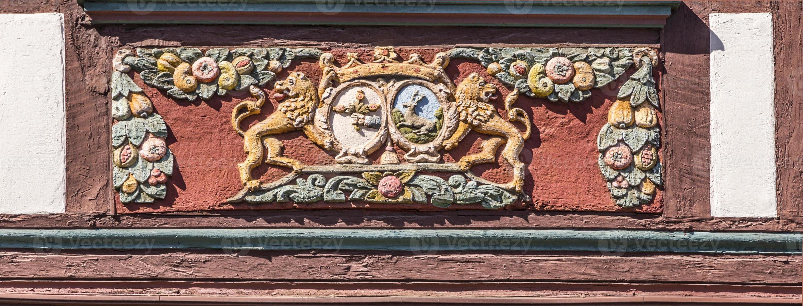 traditionelles Schnitzen in einem Fachwerkhaus mit Symbolen foto