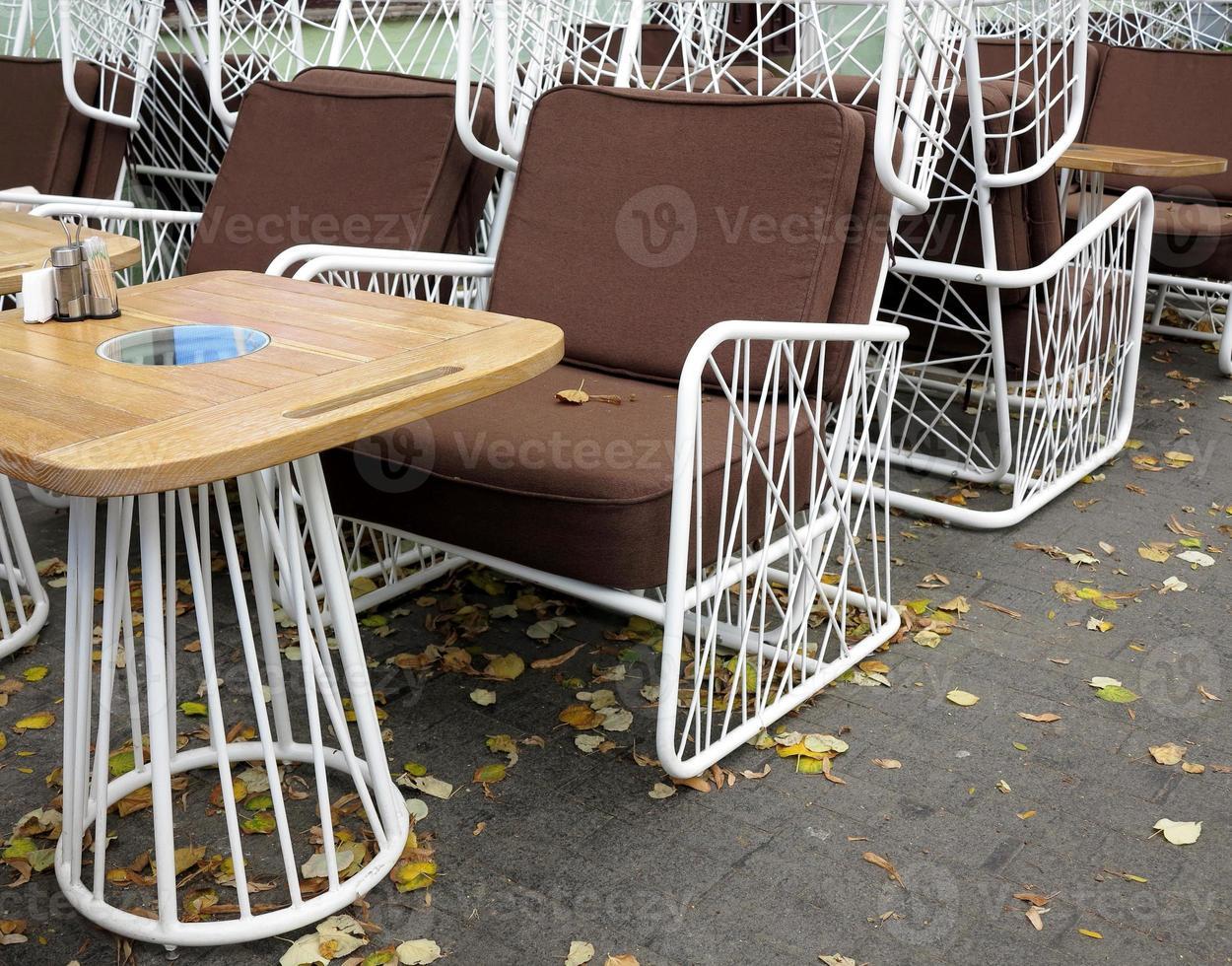 leere Herbstkaffeeterrasse mit Tischen und Stühlen. foto
