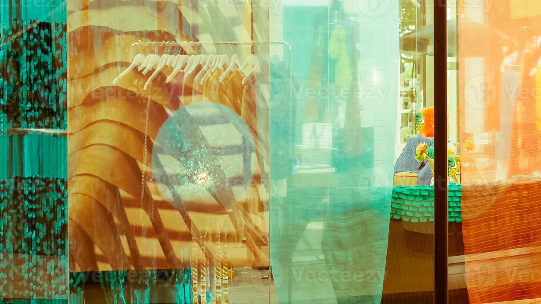 Doppelbelichtung, Spiegelreflexion des Bekleidungsgeschäfts foto