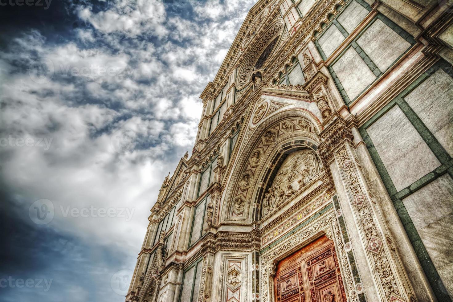 Santa Croce Catheral unter einem dramatischen Himmel foto