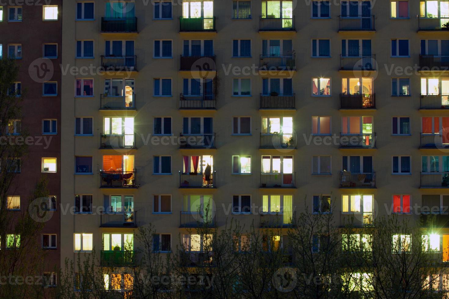 Fenster eines Wohnblocks in der Nacht foto