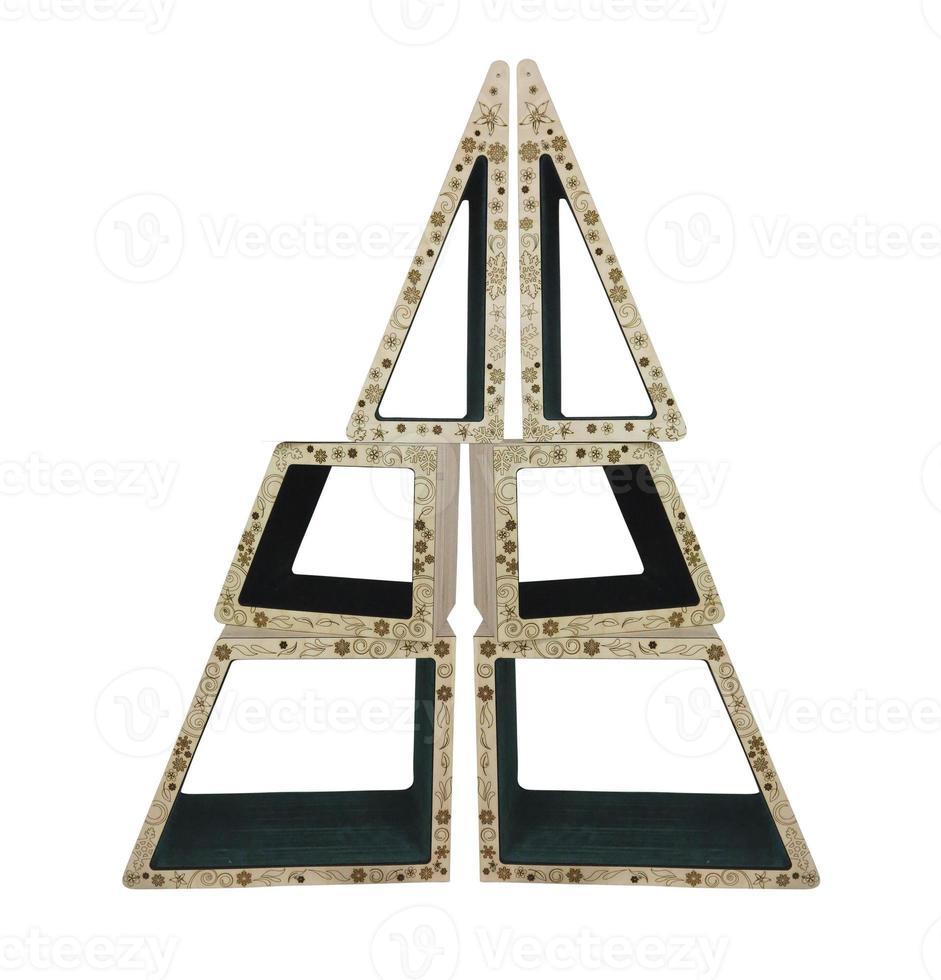 abstrakter kreativer Weihnachtsbaum aus hölzernen geometrischen Formen ist foto