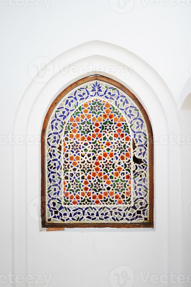 reich verziertes Bogenfenster mit blumigem islamischem Motiv foto