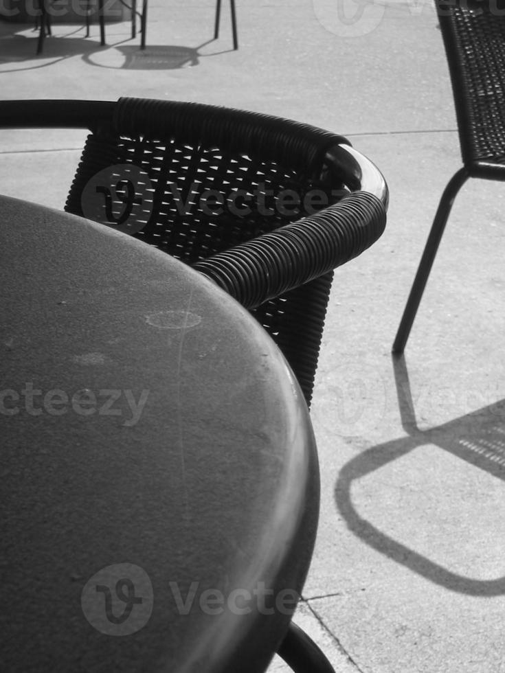 schwarz-weiße Caféstühle und Metalltisch foto