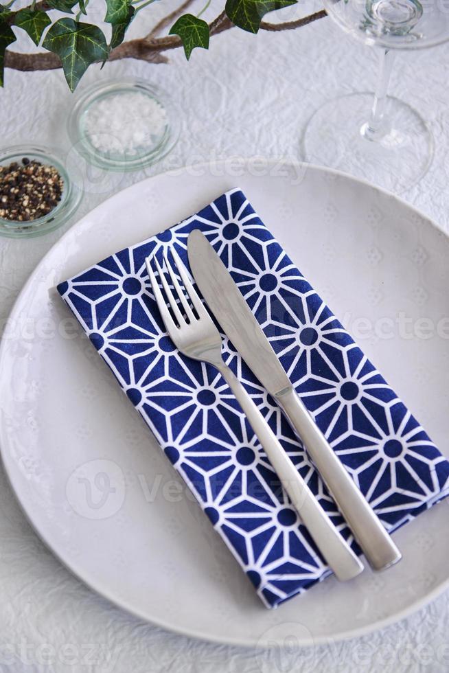 einfache Party Tisch Gedeck blau und weiß foto