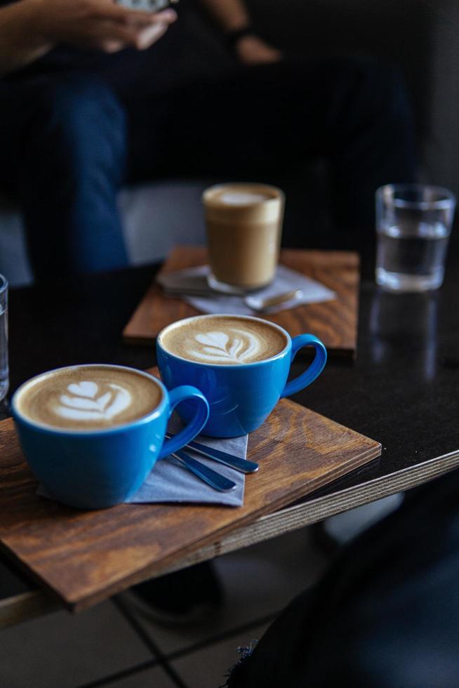 Cappuccinos auf dem Tisch im dunklen Restaurant foto