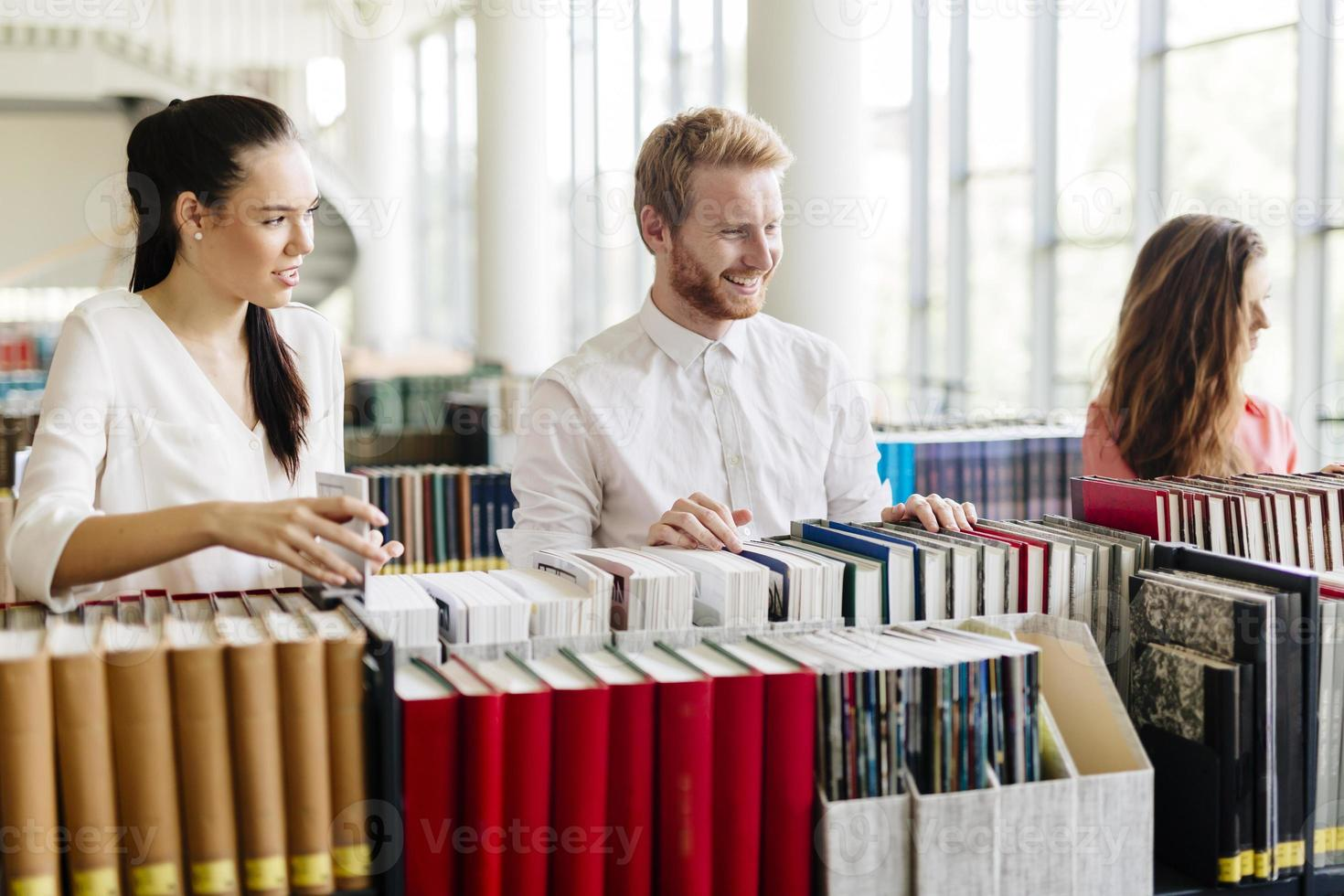 Gruppe von Studenten, die in der Bibliothek studieren foto