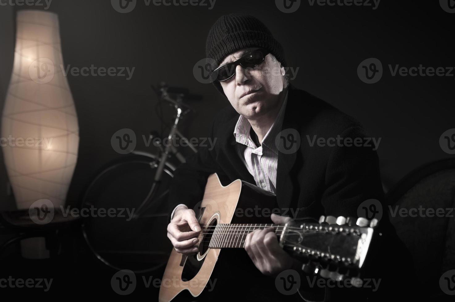 Mann spielt Gitarre foto