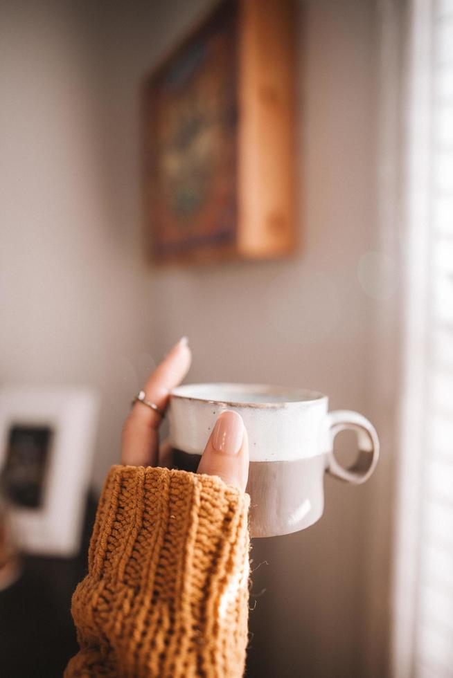 Nahaufnahme der Hand, die Tasse hält foto