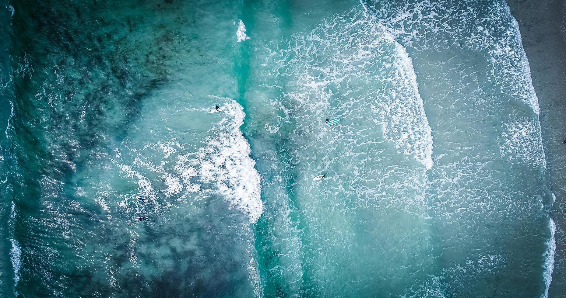Blick auf Surfer auf Wellen foto