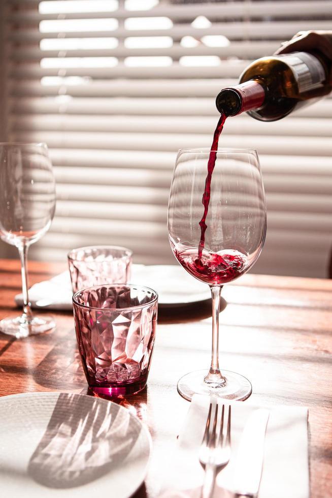 Wein wird in Glas gegossen foto