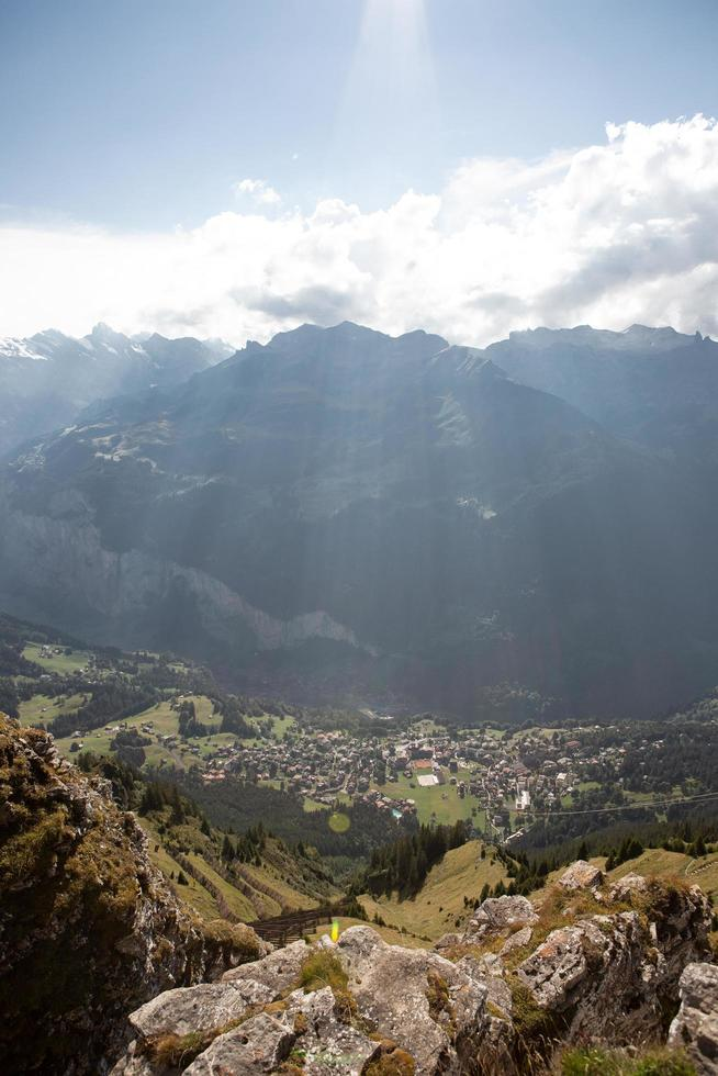 Sonnenstrahlen scheinen auf Berge und Stadt foto