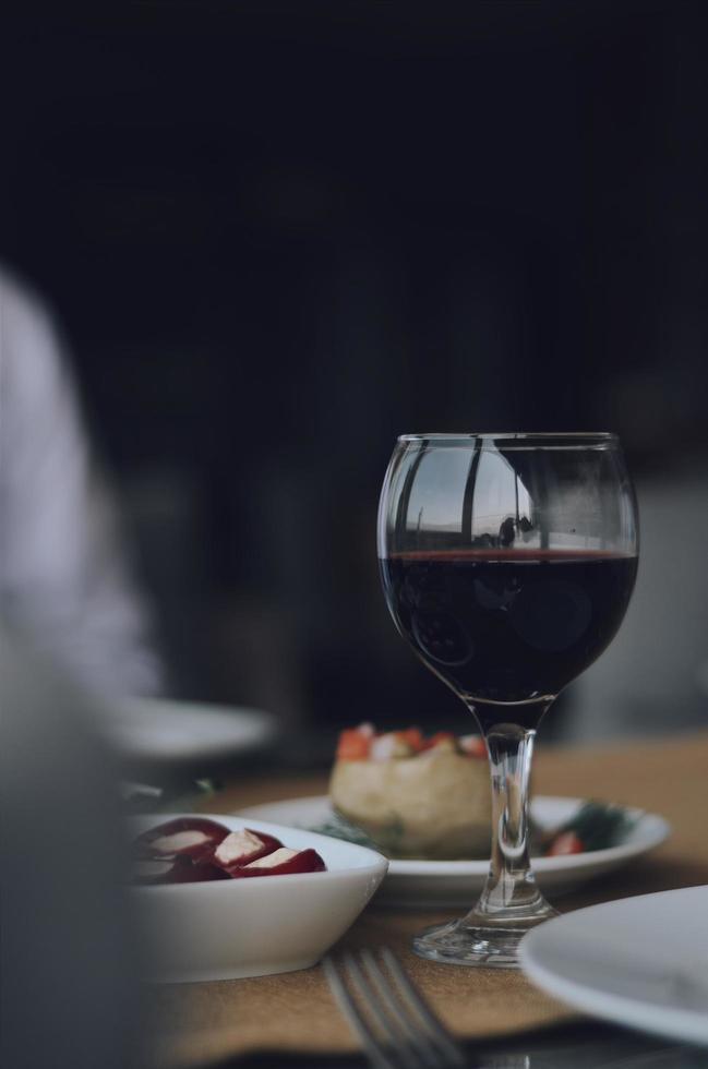 Rotwein auf dem Tisch foto