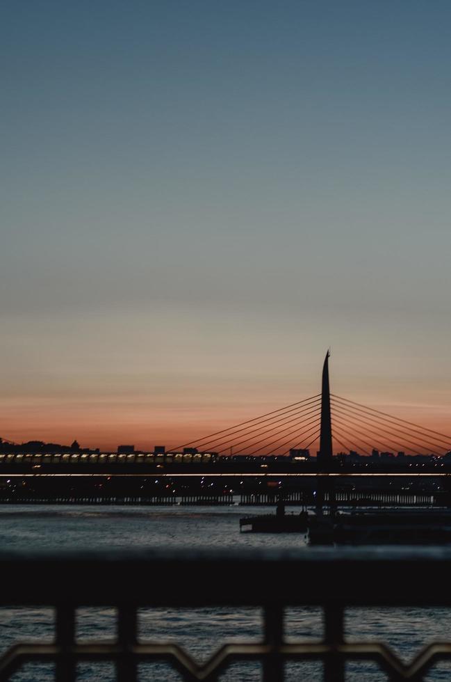 Brücken- und Stadtlichter im Morgengrauen foto