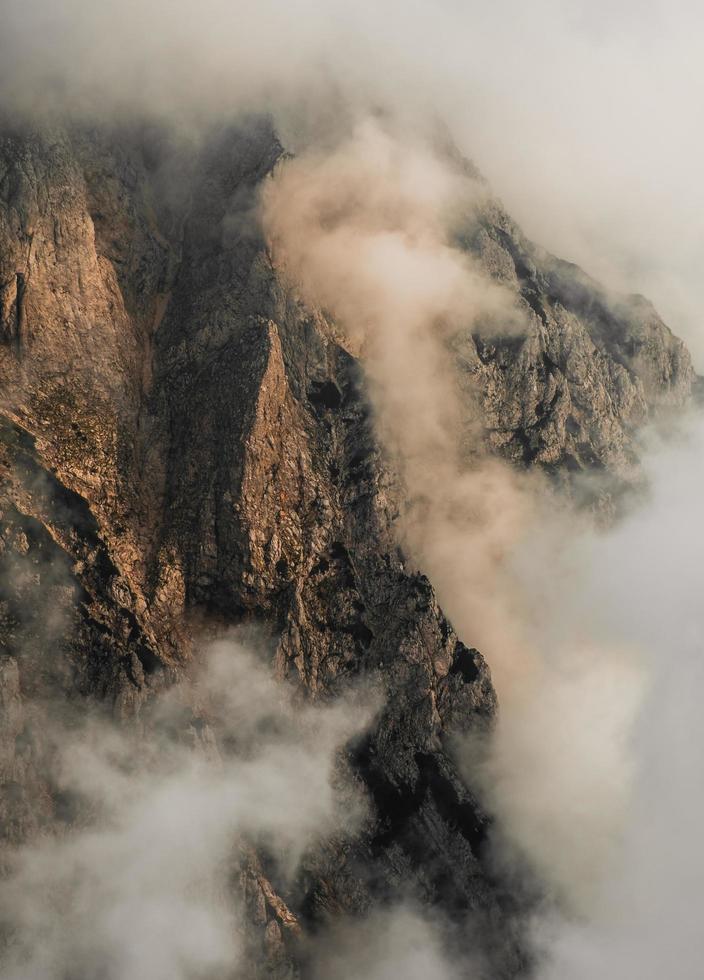 Vogelperspektive des felsigen Berges foto