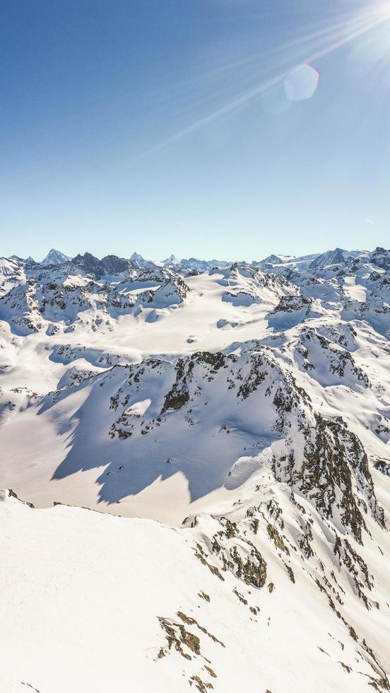 Berg mit Schnee bedeckt foto
