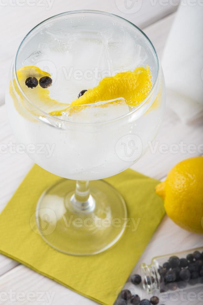 Gin Tonic auf einem Highballglas foto