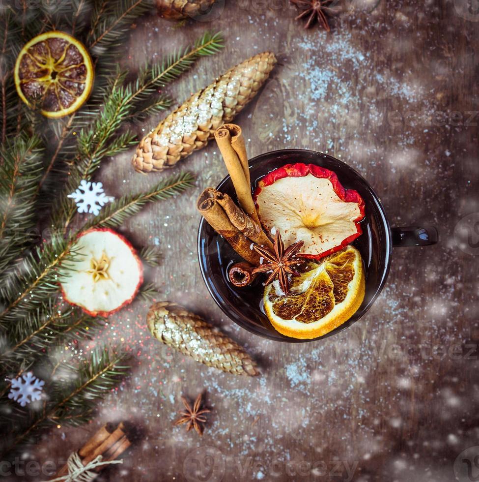 heißer Weinpunsch mit getrockneten Früchten, Zimt und Anis foto
