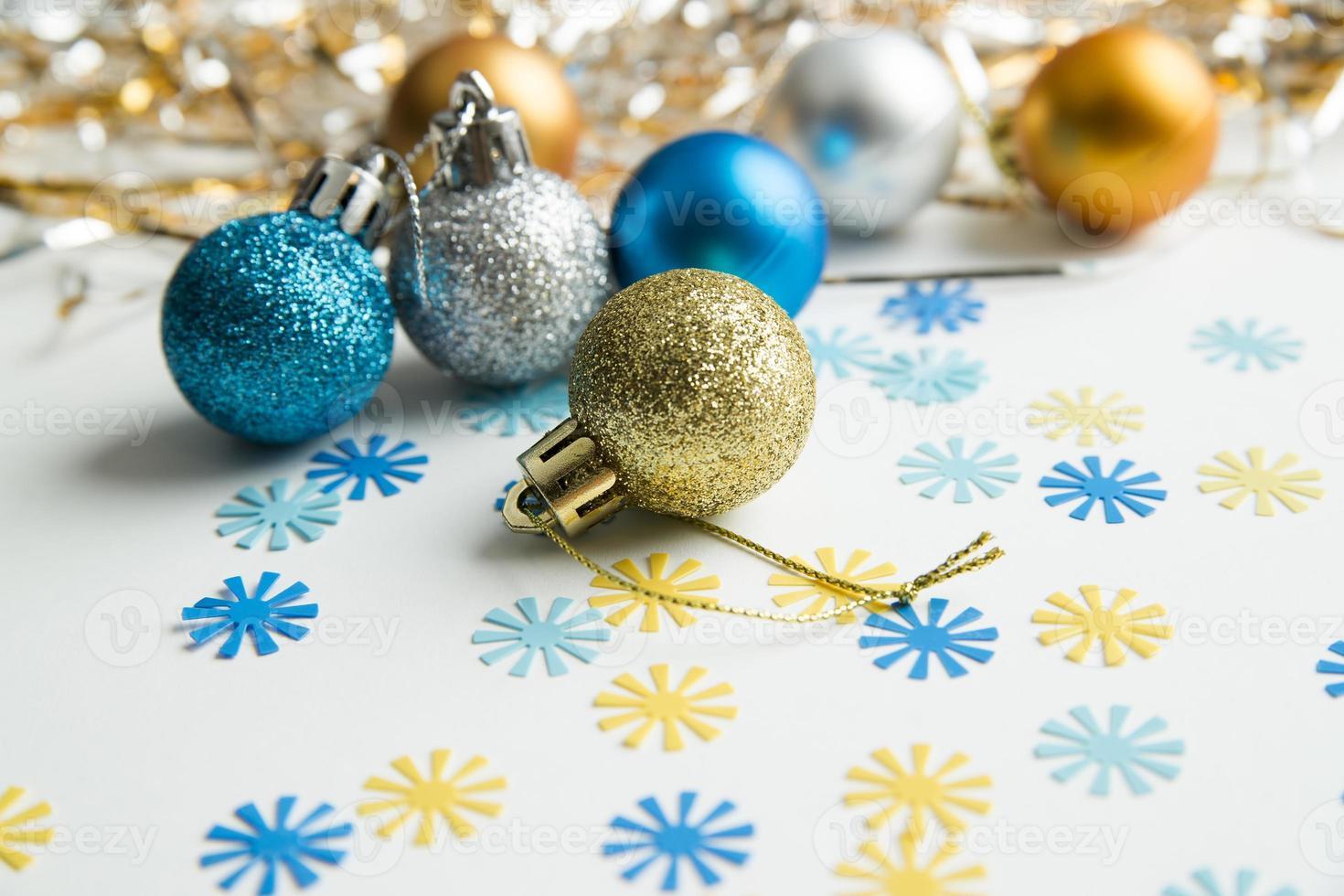 Weihnachtskugeln auf einem weißen Hintergrund foto